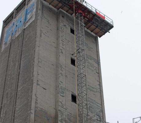 Arbejdsplatforme boltet fast p� siden af FAF-silo