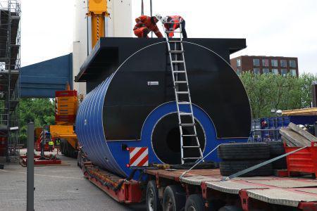 Løfter kedler på 60 tons ind gennem taget på varmeværk