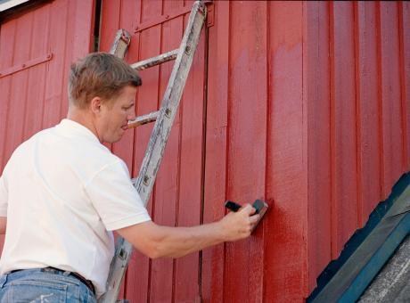 Husdoktor tjekker træværk inden maling