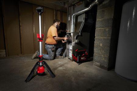 Let og bærbar arbejdslampe på stativ