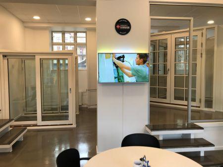 Ubemandet og digitalt vinduesudstilling
