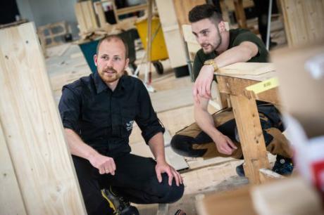 Biomediciner underviser i tømrerfaget